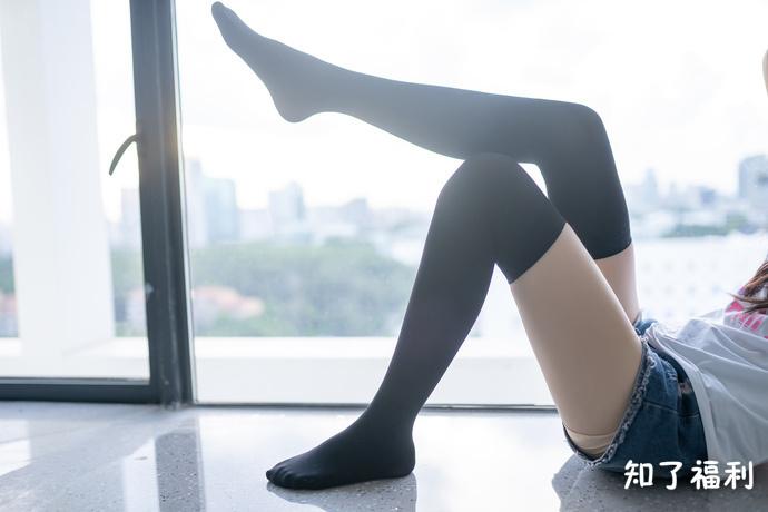 [福利图]小蛮腰下的黑丝热裤萌妹子