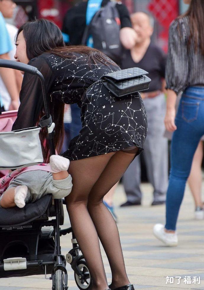 「街拍美女」黑丝大长腿的新鲜娇妻