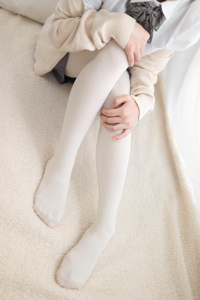 沙发上有一个慵懒的白丝小萝莉 清纯丝袜