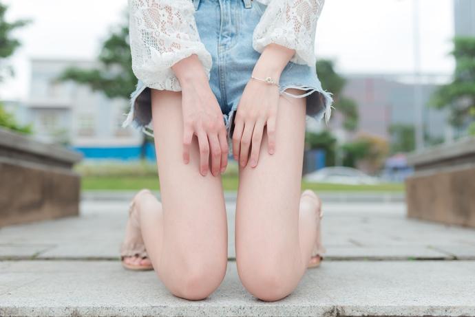 草坪上的果腿妹妹