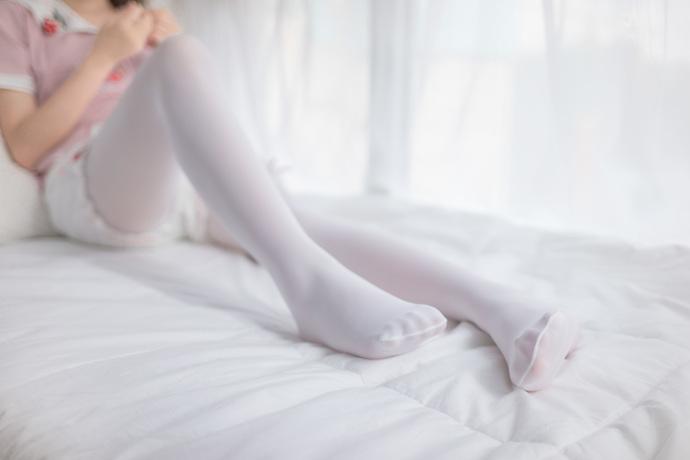 白丝小学生在床上