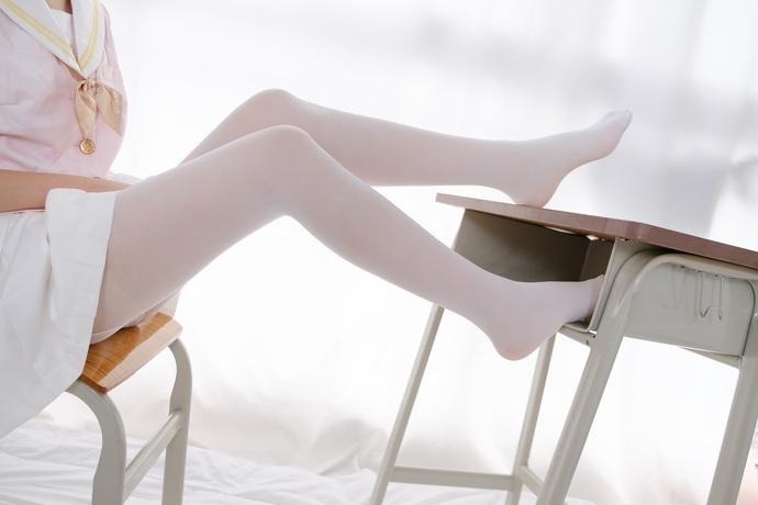 藏在课桌里的腿控小妹妹 清纯丝袜