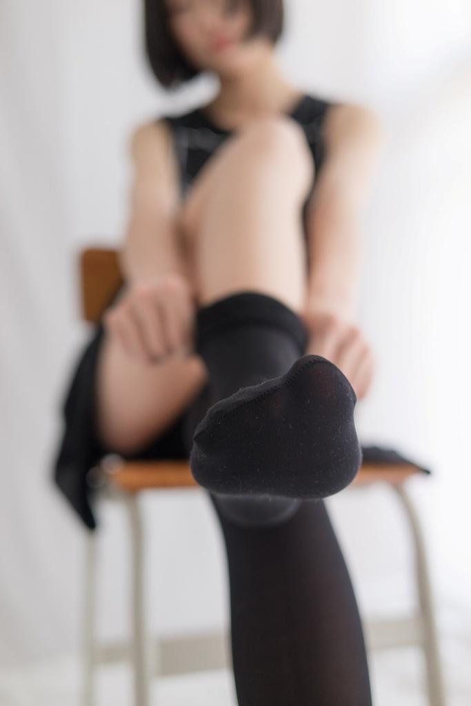 课桌上有个黑丝短裙学生妹 清纯丝袜