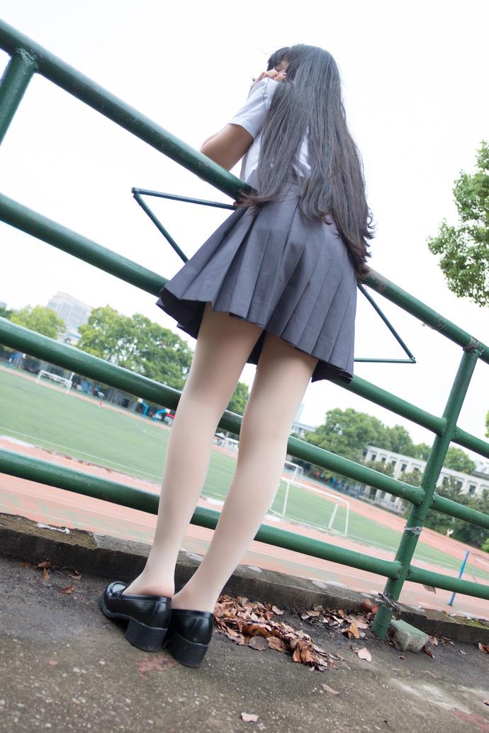 校园操场上的肉丝萝莉 清纯丝袜