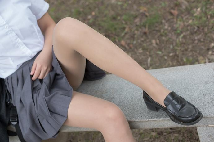 肉丝萝莉光腿在野外玩耍 清纯丝袜