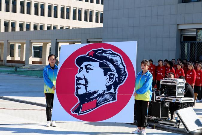 又一所学校为破解塑像!2500师生齐唱红歌颂祖