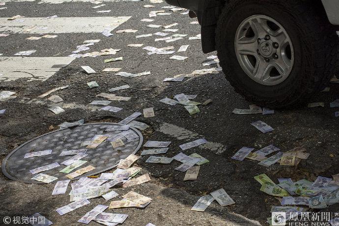 委内瑞拉街头满地钞票?>