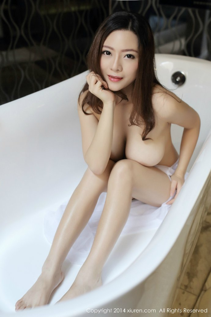 在浴缸自拍的美女