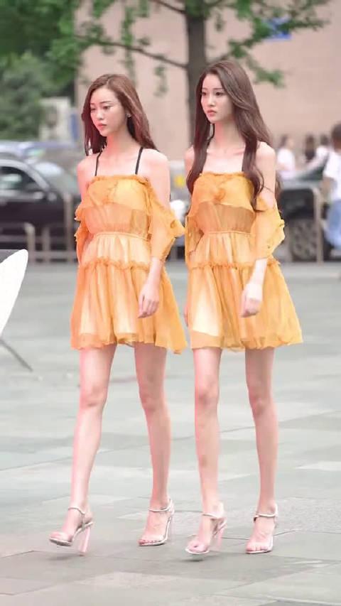 这对双胞胎姐妹完全就是复制粘贴啊