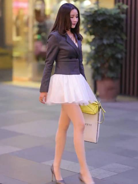 这款穿搭真是爱了[心][心]西服与纱裙的碰撞,视觉感超强,绝对的时尚