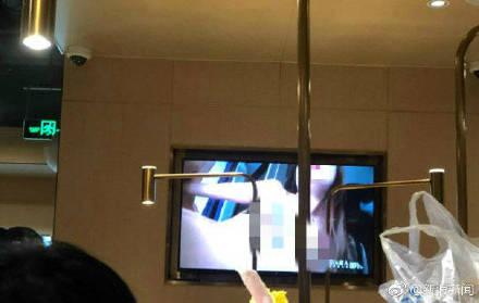 武汉一海底捞电视播不雅画面,工作人员:具体原因在查。 嗨头条 第1张