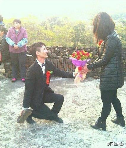 姑娘在众人的劝说下还是接下了花束,毕竟保命要紧啊