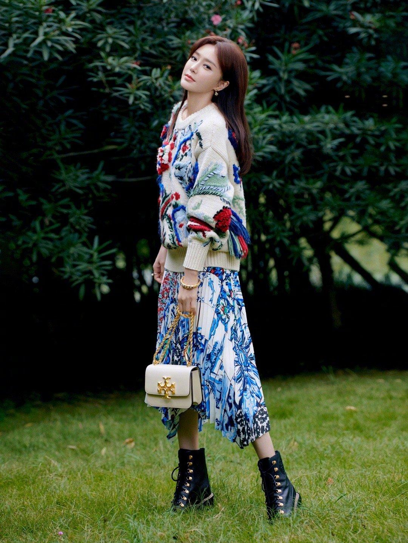 秦岚秋冬印花裙装,这造型我爱了,好美!