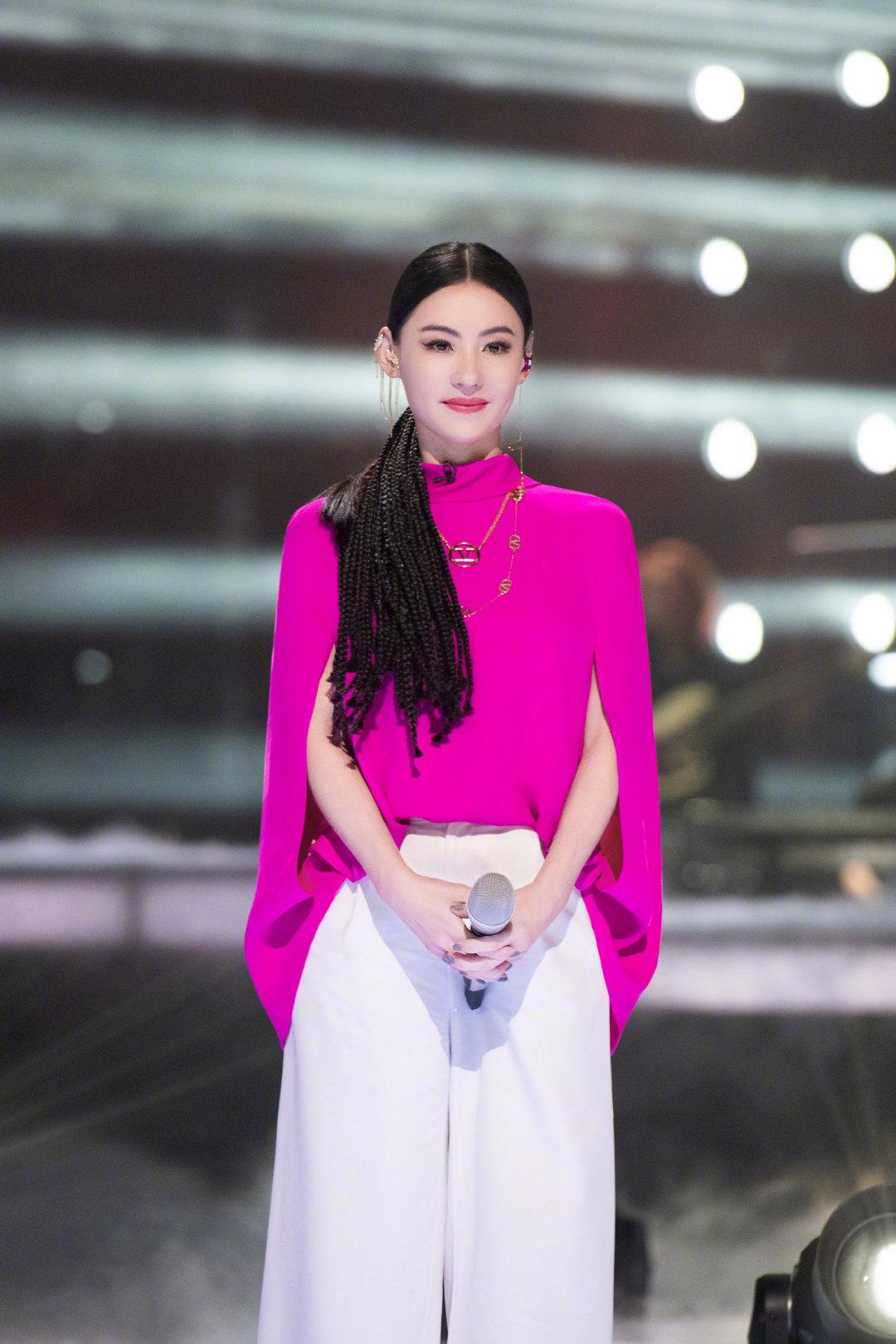 张柏芝《乘风破浪的姐姐》四公春日粉色造型,粉嫩减龄~