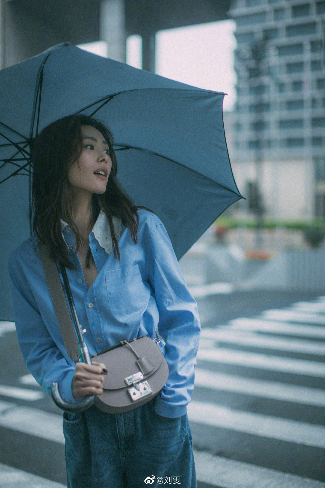 刘雯雨天撑伞写真图片,春雨绵绵,雨天撑伞的大表姐!