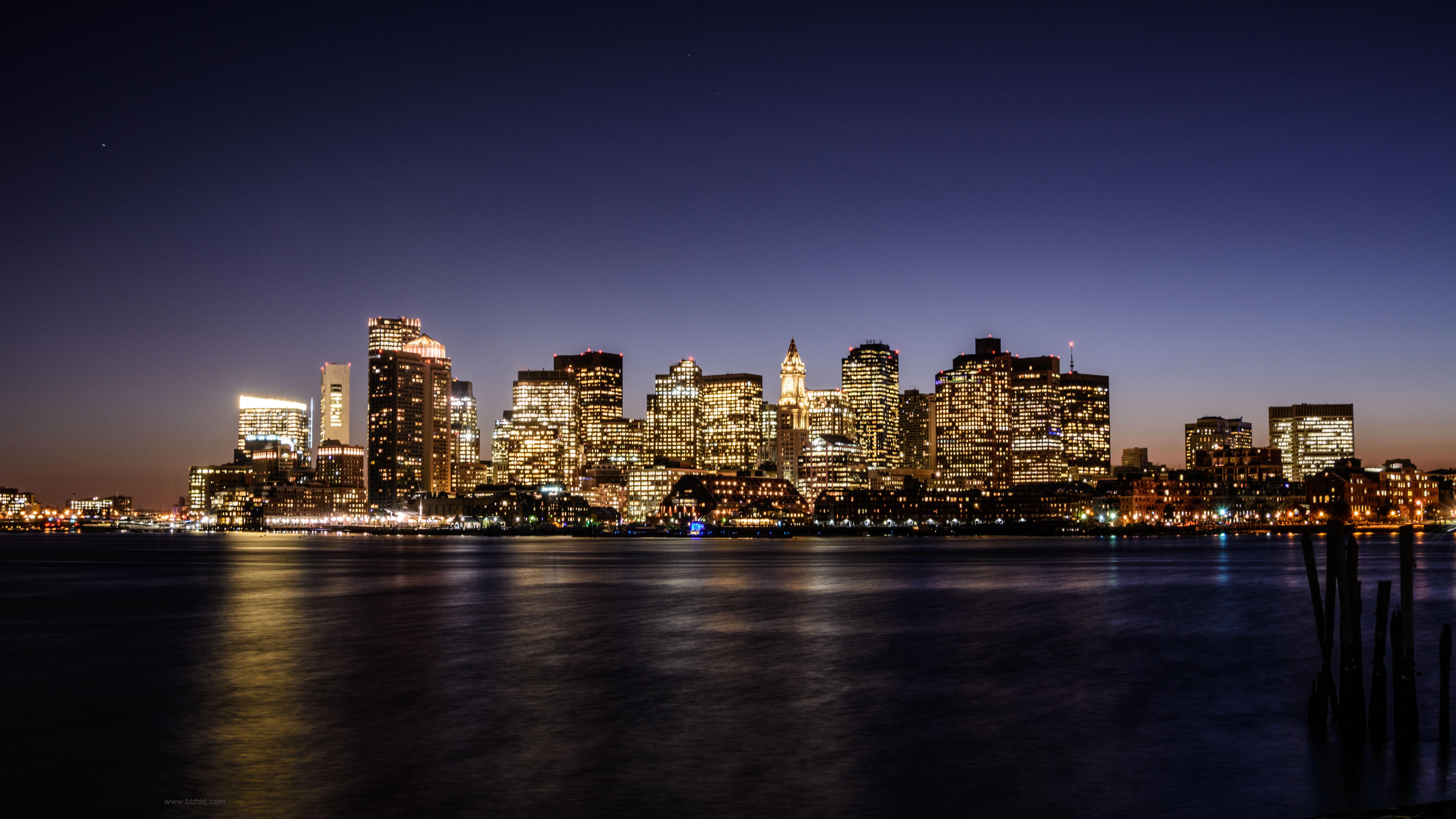 灯光璀璨中的城市图片