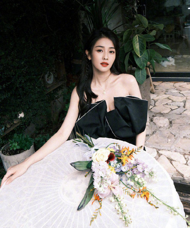白鹿性感气质黑色迷你短裙着身演绎花与少女唯美写真图片