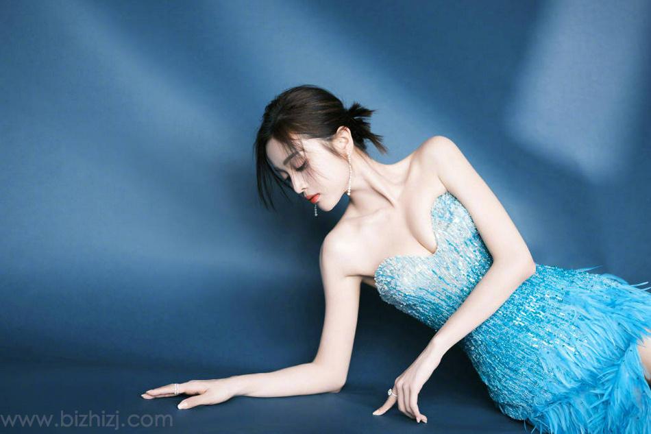 吴宣仪性感可爱蓝色渐变裹胸羽毛裙着身身材好辣写真美照
