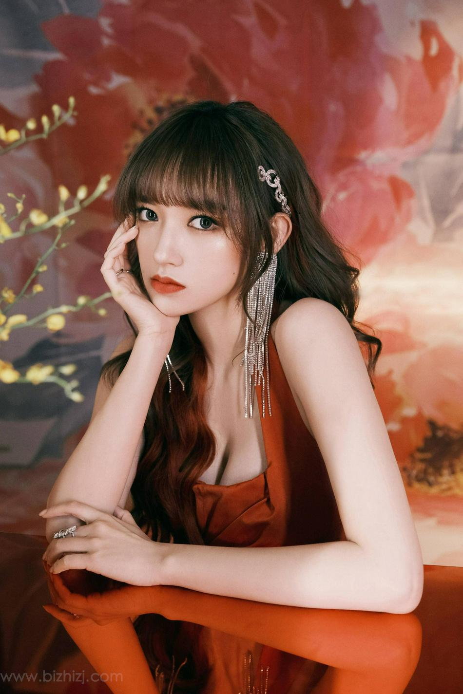 程潇性感玫瑰红露背短裙着身诱惑写真图片