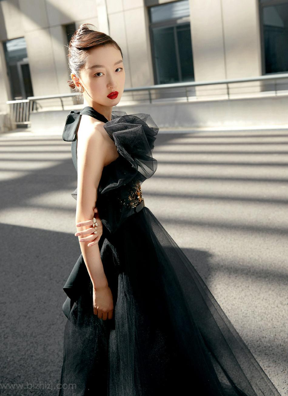 周冬雨红唇大背梳搭配黑色纱裙成熟风打扮街拍写真