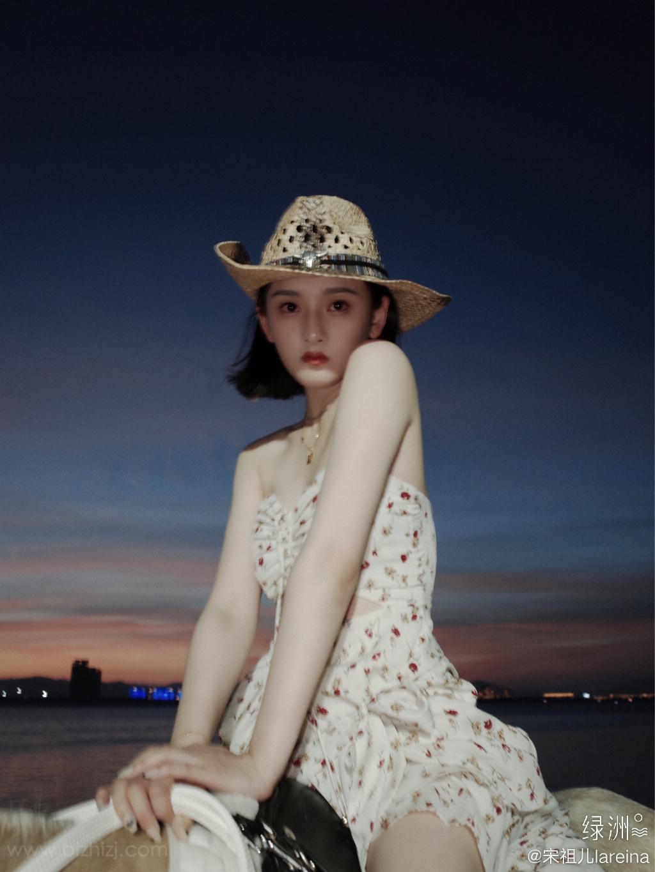 宋祖儿身骑黑马海边浪漫写真,性感印花抹胸裙着身,尽显白嫩肌肤