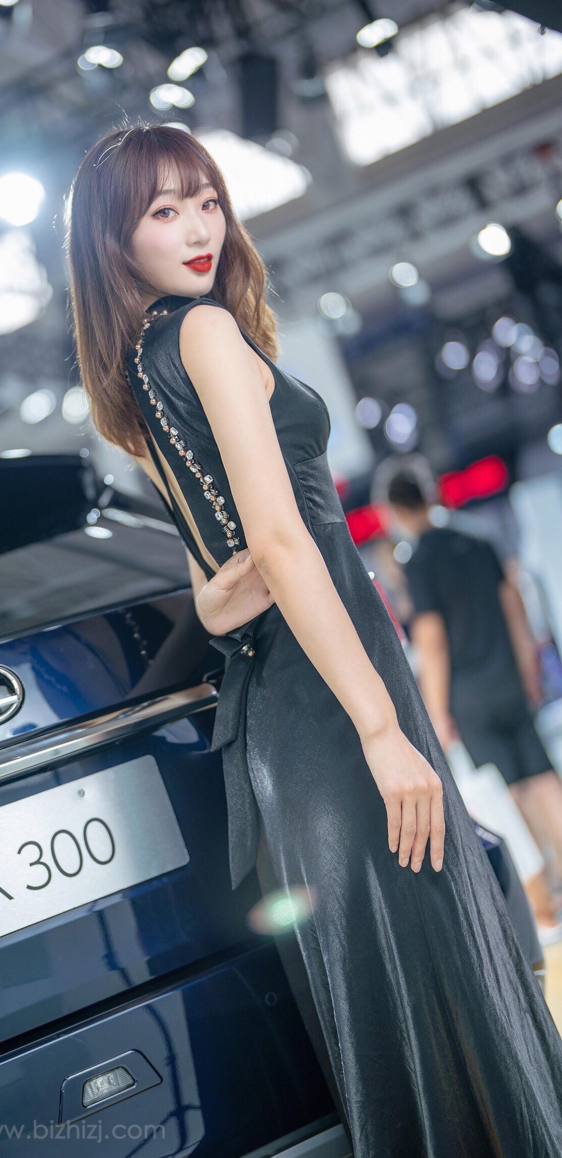 适合女生的桌面壁纸高冷长黑裙车模美女