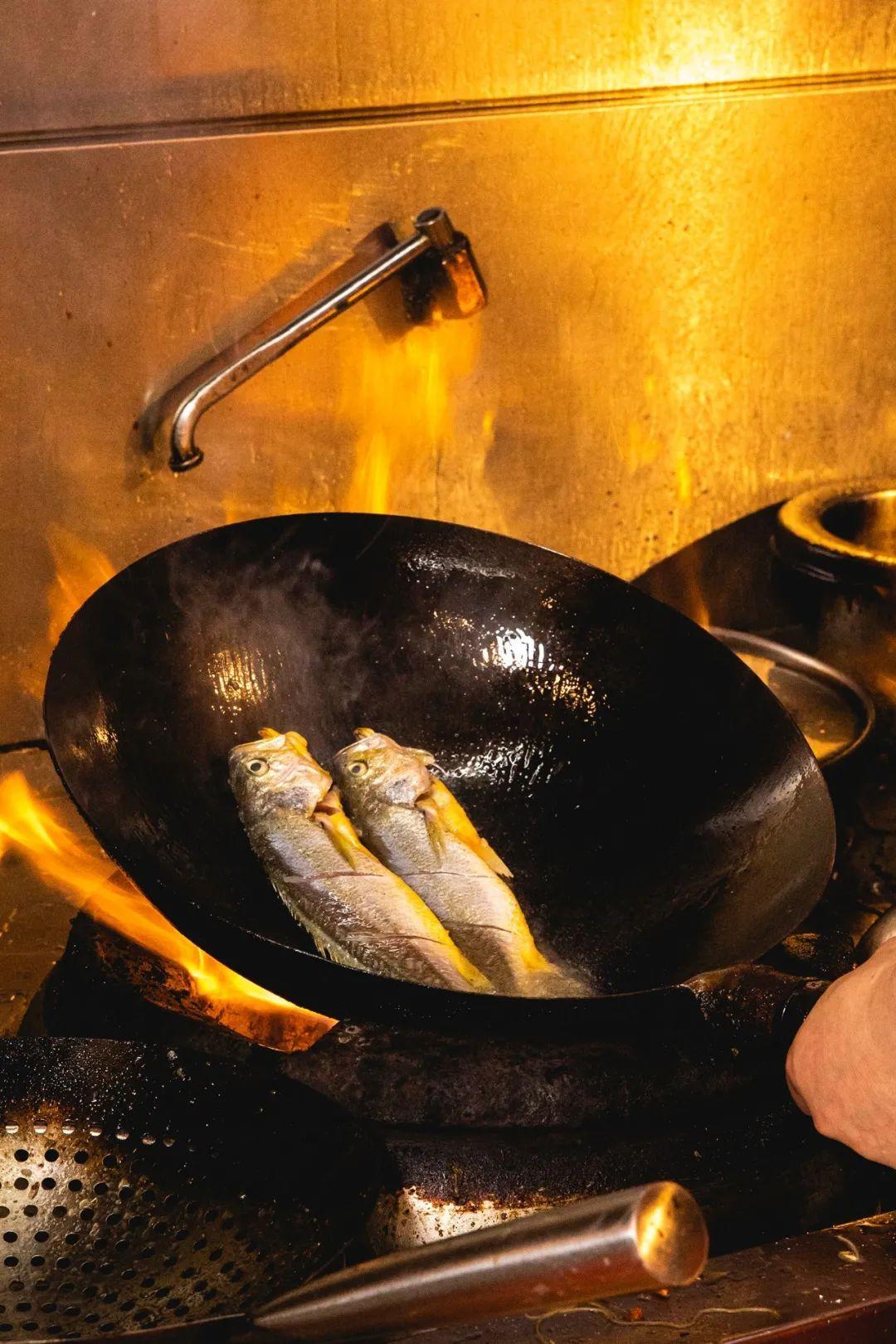 """新鲜的鱼,简简单单干烧一下,你就能感受到此时东海的""""鲜""""。摄影/朱梦菲"""