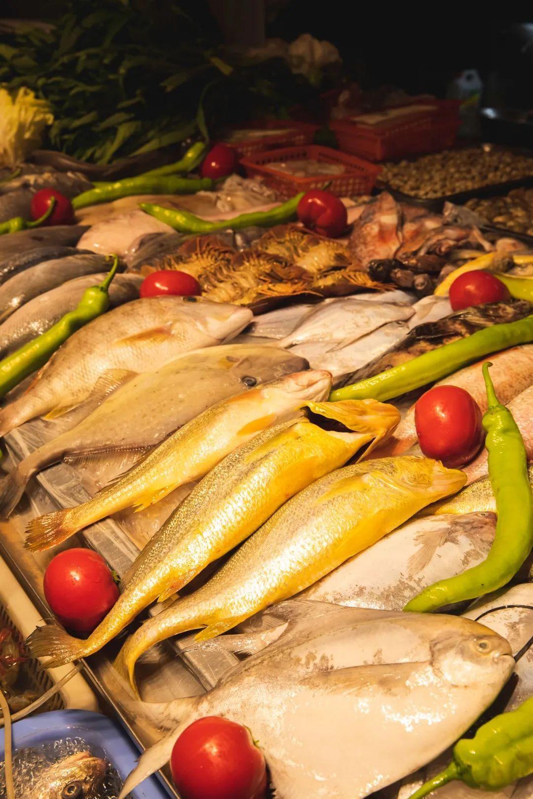 新鲜的海鲜在舟山的菜场,供人们选购。摄影/朱梦菲