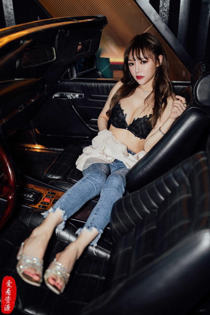 一组媳妇当车模黑色系列套图
