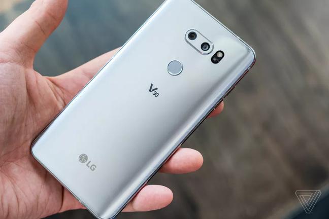 为了保密,LG在V30评测机上伪装光圈参数的照片