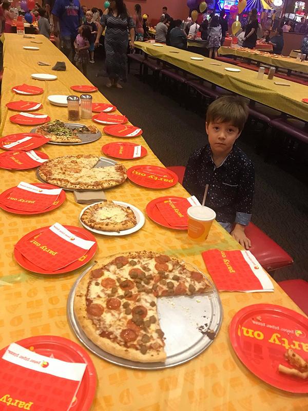 """小男孩邀32名同学庆生被""""放鸽子"""" 一脸无奈的照片 - 2"""