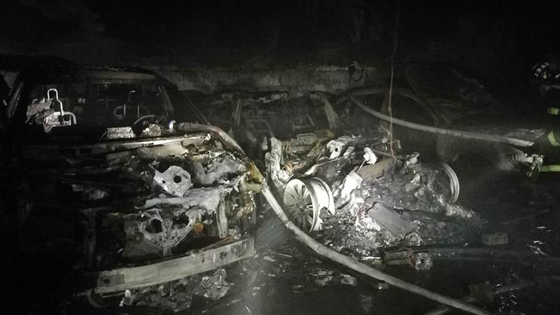 上海特斯拉自燃后现场曝光:旁边奥迪被烧成废铁