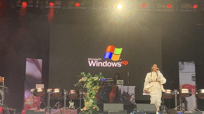 Windows XP突然现身格拉斯顿伯里音乐节引发哄笑的照片