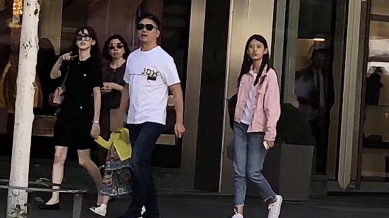 刘强东章泽天带女儿现身瑞士街头 两人有说有笑的照片 - 1