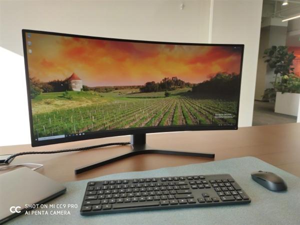 雷军秀出办公桌配置:小米笔记本+小米曲面显示器