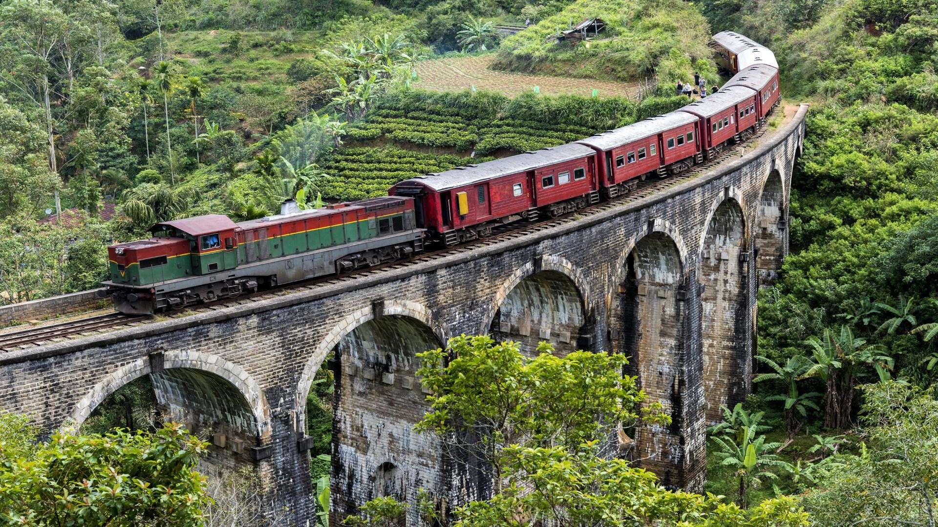 Win10迎来桥梁上的火车4k免费主题的照片 - 1