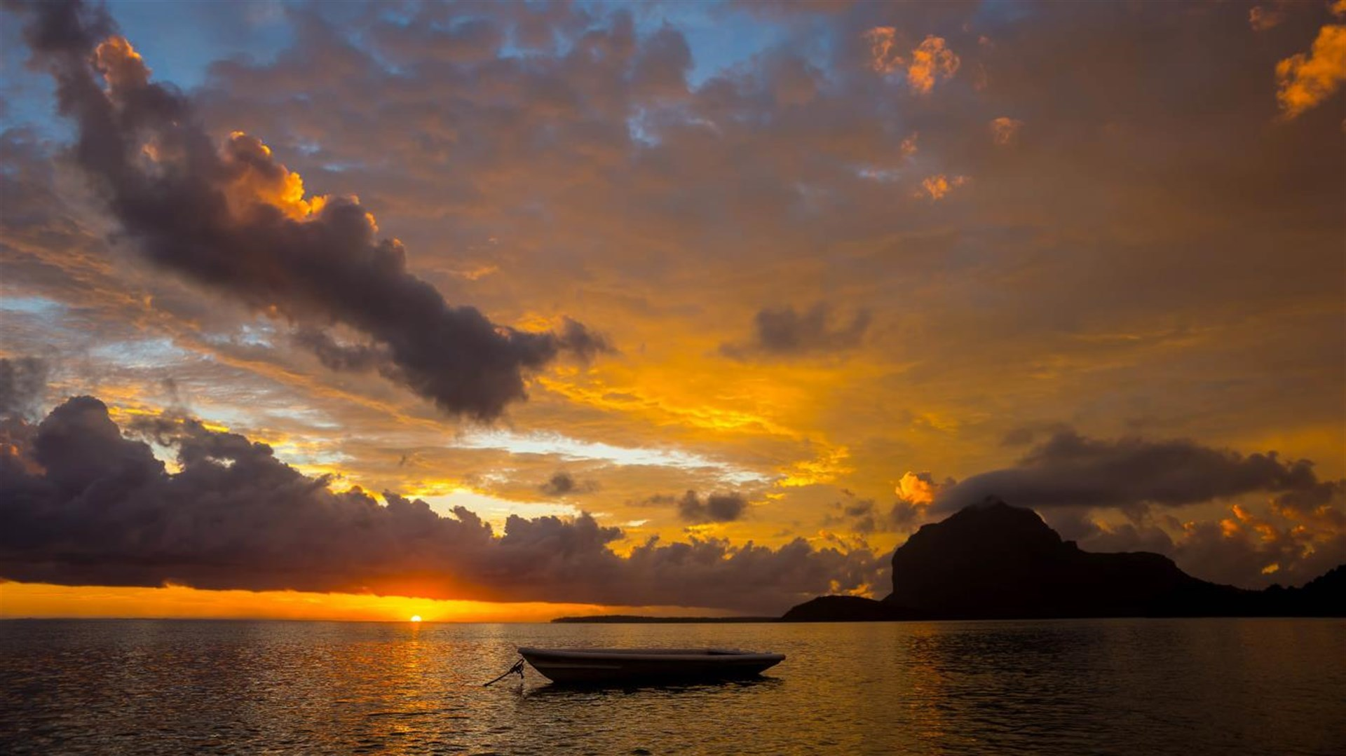 """站在小船上的那个人是谁? Win10""""云界""""4k免费主题的照片 - 3"""