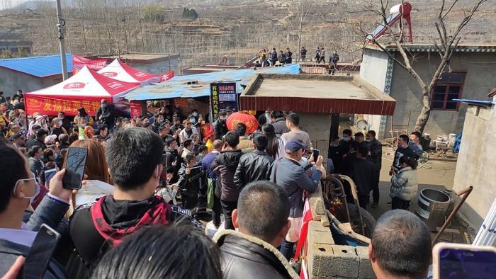 拉面哥走红后村庄网络瘫痪:运营商拉来5G基站的照片 - 2