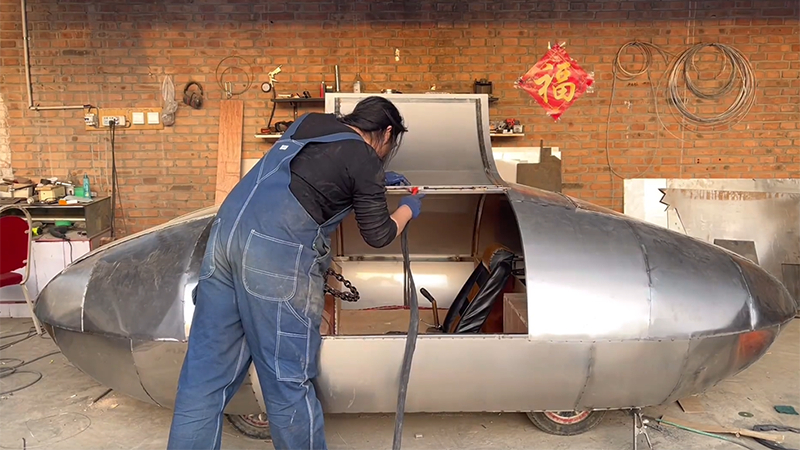 手工耿造了一辆电动汽车:造型如飞船 可以横着走的照片