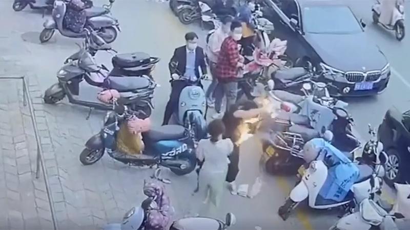 三星手机当街爆炸起火 女友哭诉:男友的长睫毛都烧没了的照片 - 1