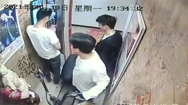 电瓶车上电梯3秒瞬间爆燃 多人烧伤至ICU