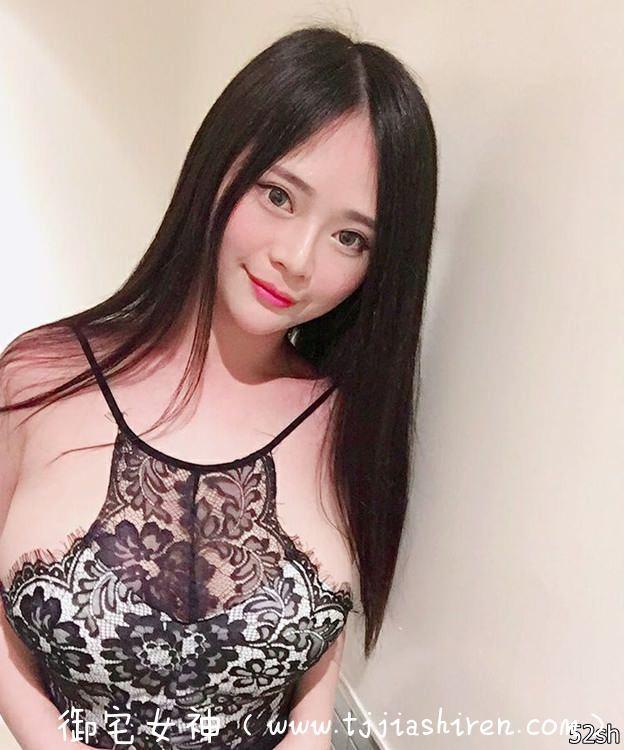 台湾最胸熊猫女主播童颜巨乳谢仁馨晒私照 ,低胸爆乳吃消夜!单手抓H乳D罩杯炫耀好身材!