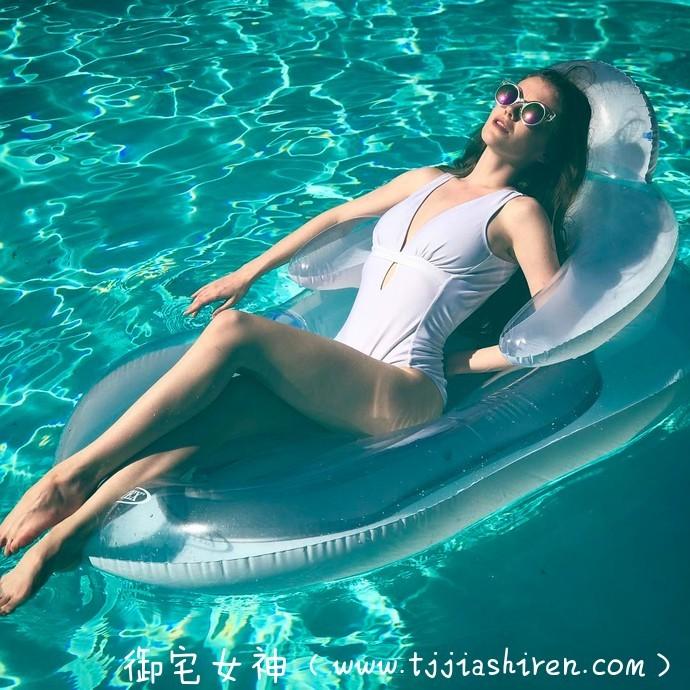 乌克兰H奶名模艾Emily Bloom(艾米丽·布鲁姆)街头裸胸看书呼吁性别平等自由,曾为男性杂志《花花公子周刊》拍摄性感内衣香艳写真!