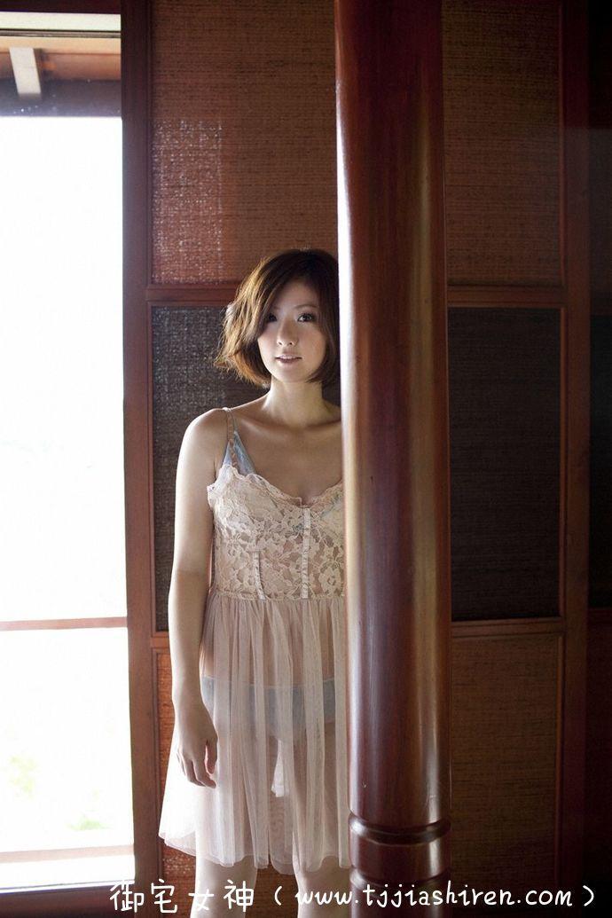 日本职业乒乓球赛选手兼写真女星四元奈生美(よつもと なおみ),天生丽质妩媚动人堪称典型大众情人,不务正业拍摄多部性感熟女风格写真集!