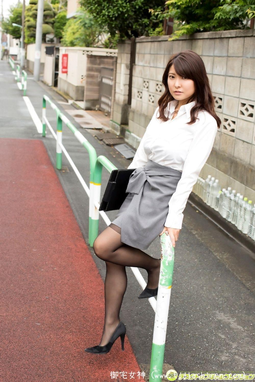 日本写真女星花井美里年仅十九岁就拥有巨型H cup巨乳,外形颇似日本大牌女明星松岛菜菜子身材相当惹火,出道开始就大胆裸露各种尝试最大限度的暴露尺度!
