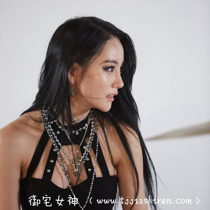 韩国当红火辣爵士鼓女鼓手a-yeon雅妍以女子组乐团《Bebop》主唱身份出道,黑色蕾丝深V吊带完美凸显浑圆双乳,硕大美臀超级带感让人眼前一亮!