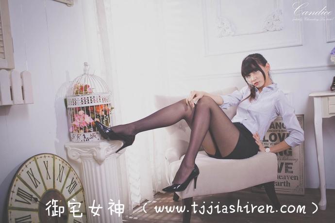 """台湾""""学士服校花""""蔡译心拥有精致完美容颜以及110公分超长美腿,因在毕业典礼上面穿学士服拍照翘脚露出纤长美腿受到广大网友热议走红,极品身材让网友直呼恋爱了!"""