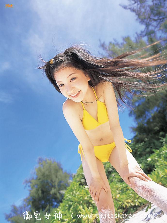 日本人气写真偶像中岛麻亚里五官深邃气质温婉酷似佐佐木希,如同邻家姐姐一般甜美笑容让无数粉丝久久不能忘怀为之疯狂,本色出演日剧《孤独的美食家》获得粉丝一致好评!