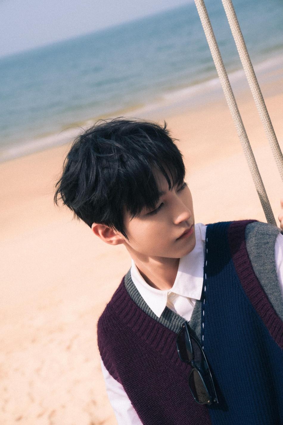 王俊凯春日海边写真图片