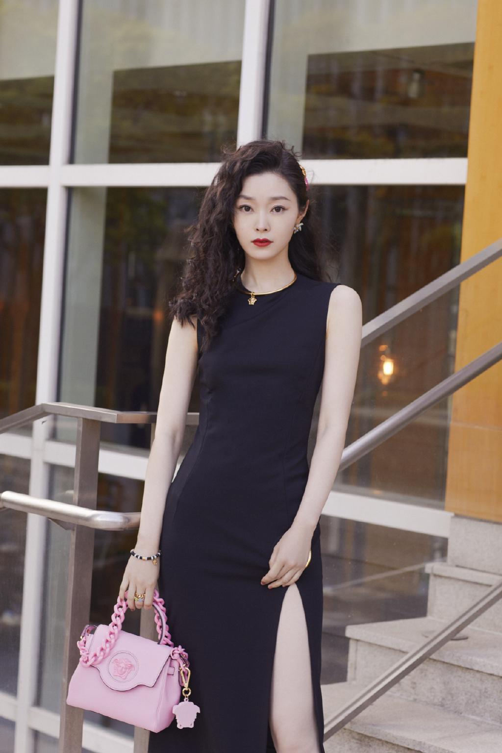 宋轶羊毛卷复古发型搭配黑色开叉长裙个性摩登春日写真美照